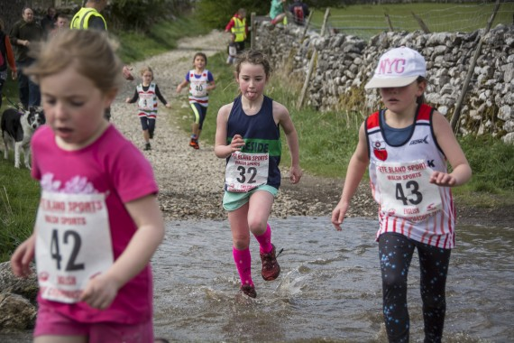 DSC1734 570x380 Malham Kirkby Fell Race Photos 2016