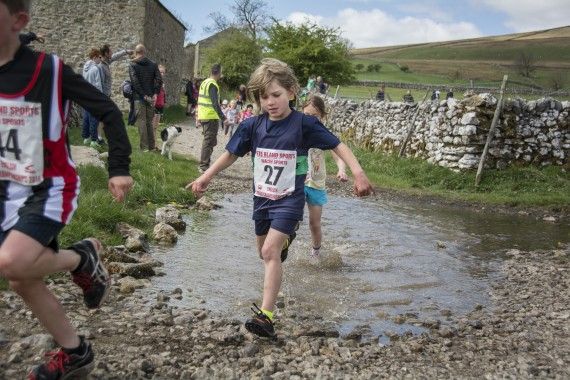 DSC1730 570x380 Malham Kirkby Fell Race Photos 2016